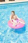 Madre con su hija en la piscina — Foto de Stock