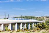 关于铁路高架桥附近 vernegues,普罗旺斯,法国 tgv 的列车 — 图库照片