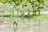 Mulher a pescar no rio sazava, república checa — Foto Stock