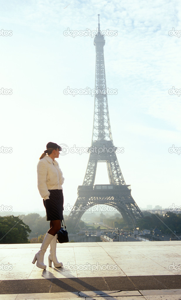 Woman and Eiffel Tower, Paris, France — Stock Photo #19621593