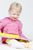 小女孩拿着一本书 — 图库照片
