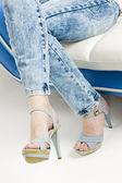 Dettaglio della donna che indossa scarpe estive denim — Foto Stock