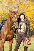 Ridsport med hennes häst i höstliga naturen — Stockfoto