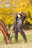 Ecuestre con su caballo en la naturaleza otoñal — Foto de Stock