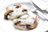 Käse brie gebacken mit pilzen — Stockfoto