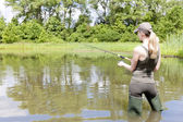 Mulher pesca em lagoa — Foto Stock