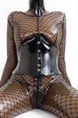 Detalhe de mulher sentada, vestindo roupas de látex — Fotografia Stock