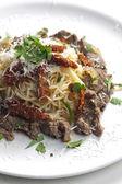 Spagetti sığır eti ve kurutulmuş domates ile — Stok fotoğraf