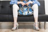 与坐在 s 上一个手袋穿夏季穿的鞋的女人的细节 — 图库照片