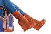 Ayrıntı oturan kadın moda platformu kahverengi ayakkabı giyiyor — Stok fotoğraf