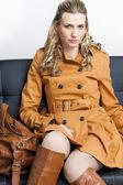 Koltukta oturan kahverengi palto giyen kadın — Stok fotoğraf