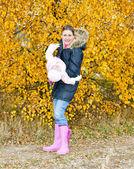 母亲与她的女儿在秋季性质 — 图库照片