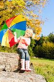 秋の自然の中で傘を持つ少女 — ストック写真