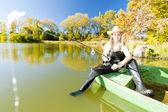 Rybářské žena sedí na lodi — Stock fotografie