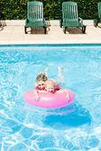 Matka z córką w basenie — Zdjęcie stockowe