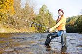 žena, rybaření v řece otavě, česká republika — Stock fotografie