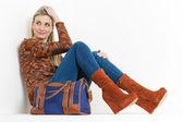 ファッショナブルなプラットフォーム茶色の靴を着て座っている女性、ハ — ストック写真