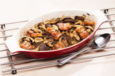 Baked chicken livres with bacon and mushrooms on garlic — Stock fotografie