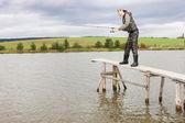 池に桟橋で釣りの女性 — ストック写真