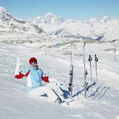 Kvinna skidåkare, alperna bergen, savoie, frankrike — Stockfoto