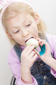 Portrait de petite fille, manger des oeufs de Pâques — Photo
