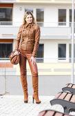 žena stojící na ulici — Stock fotografie