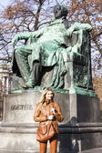 Woman standing by Johann Wolfgang Goethe's statue — Stock Photo