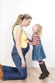 Liten flicka med mamma — Stockfoto