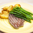 Beefsteak with green beans — Stock Photo