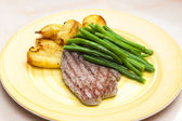 Beefsteak with green beans — Stockfoto