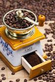 Molinillo de café con café en grano — Foto de Stock