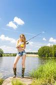 Jonge vrouw vissen — Stockfoto