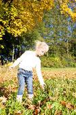 自然の中で小さな女の子 — ストック写真