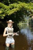 Frau angeln im fluss jizera, tschechische republik — Stockfoto