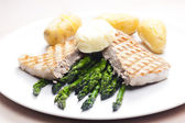 Tuna steak with green asparagus — Stock Photo