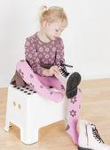 Chica poniendo en botas — Foto de Stock