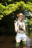 Kvinna fiske i jizera floden — Stockfoto