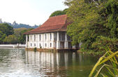 Lake near Temple of Tooth Relic — Stock Photo
