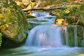 素敵な小さな滝山川 — ストック写真