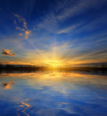 Solnedgång över vattenytan — Stockfoto