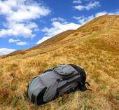 Backpack on meadow — Stok fotoğraf