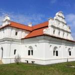 ukrainin церковь с белыми стенами и Красной черепичной крышей — Стоковое фото #49013855