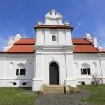 Белая Церковь с красной крышей — Стоковое фото #49013881