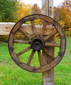 Rueda de madera en la valla — Foto de Stock