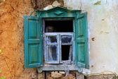 Antigua ventana de casa abandonada — Foto de Stock