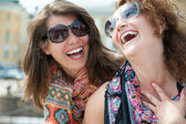 Två glada unga vackra kvinnor — Stockfoto
