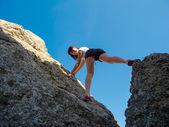 Ung kvinna klättring — Stockfoto