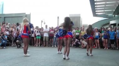 "Cheerleaders perform on the event ""Race to the height"" — Stock Video"