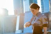 Affärskvinna kontrollera tiden — Stockfoto