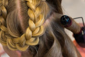 Hairdresser makes braids — Stockfoto